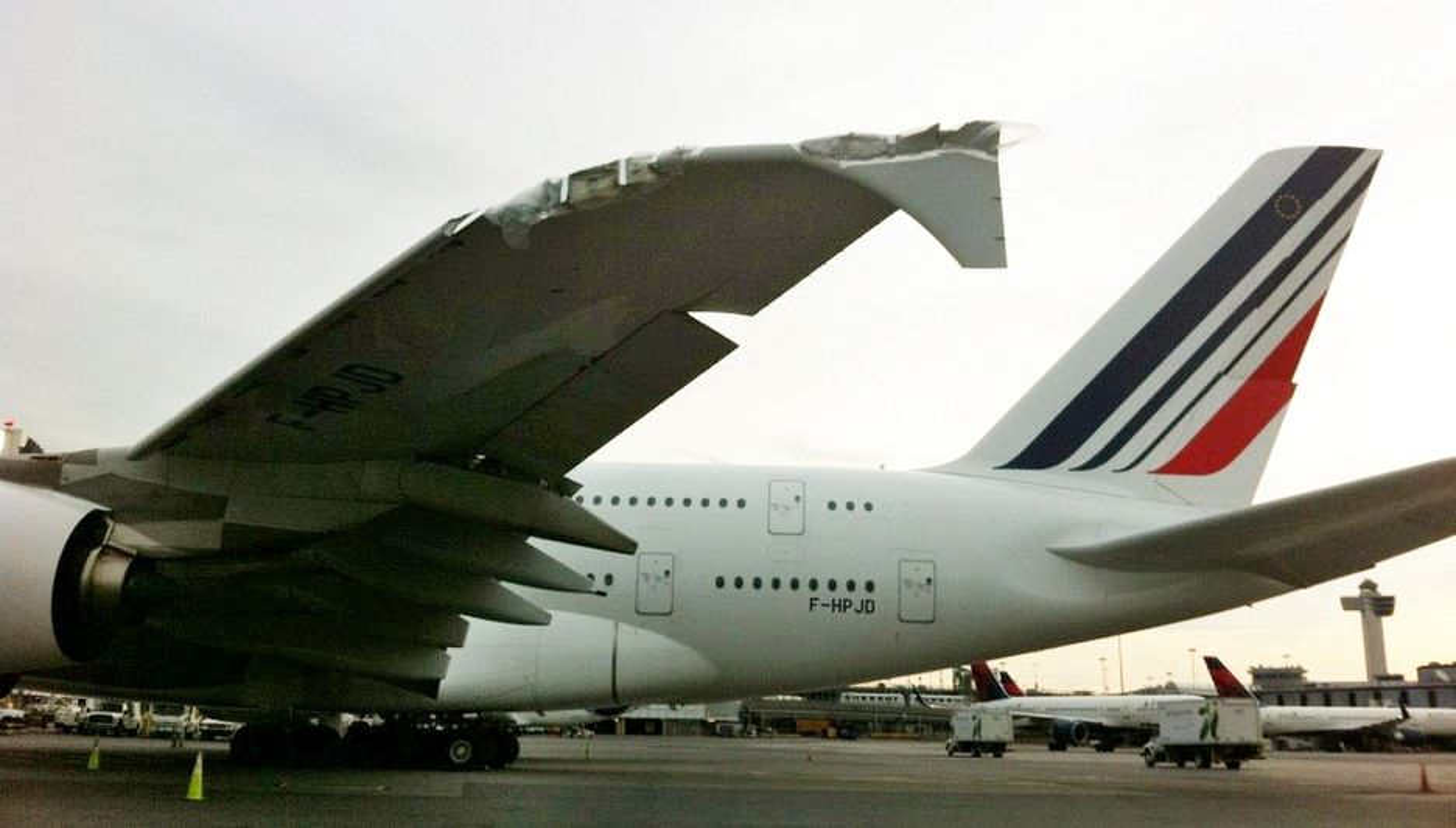 Selv for verdens største vinger, som A380 har, koster det å vingeklippe en liten CRJ. Risikoen for slike uhell kan reduseres dersom NTSB får gjennom sitt krav om taxekameraer som viser vingetippene på store fly.