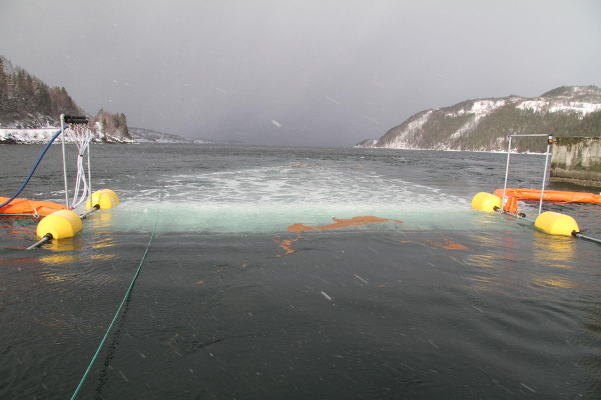 """BLÅSER I HAVET: Den nye teknologien blåser luftbobler i sjøen, og kan på den måten """"sperre av"""" oljesøl."""