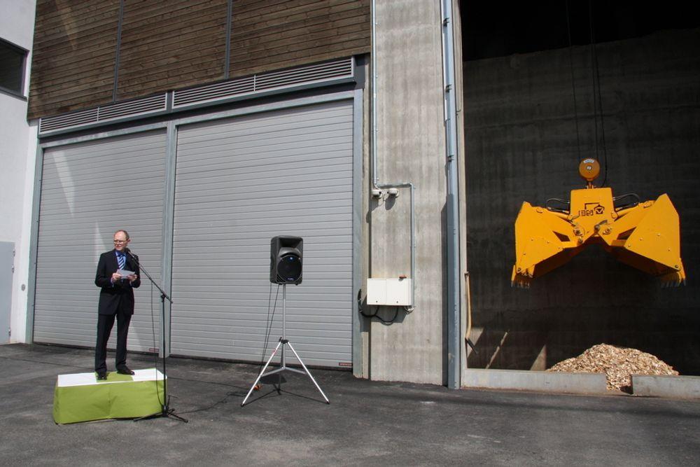 ÅPNING: Direktør Jørn Myhrer i Akershus Energi åpner Akershus Energipark på Kjeller i dag. Dette er Norges største flisforbrenningsanlegg, men tar også i bruk både kloakkvarme, kloakkgass, bioolje og etter hvert solfangere.