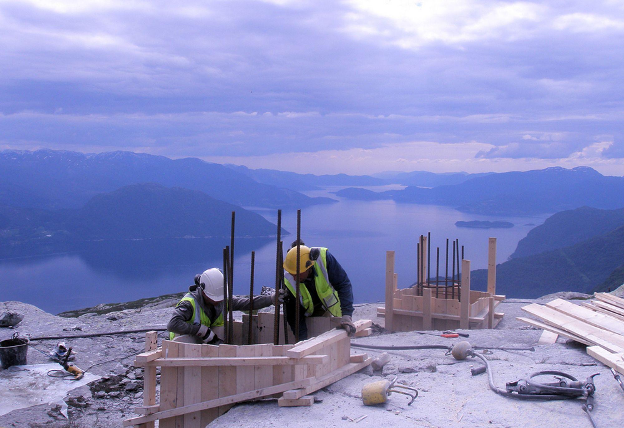 RYDDER OPP: Statnett presser nå det kroatiske entreprenørselskapet Dalekovod til å betale arbeiderne på Sima-Samnanger-linjen også når arbeidet innstilles på grunn av dårlig vær.
