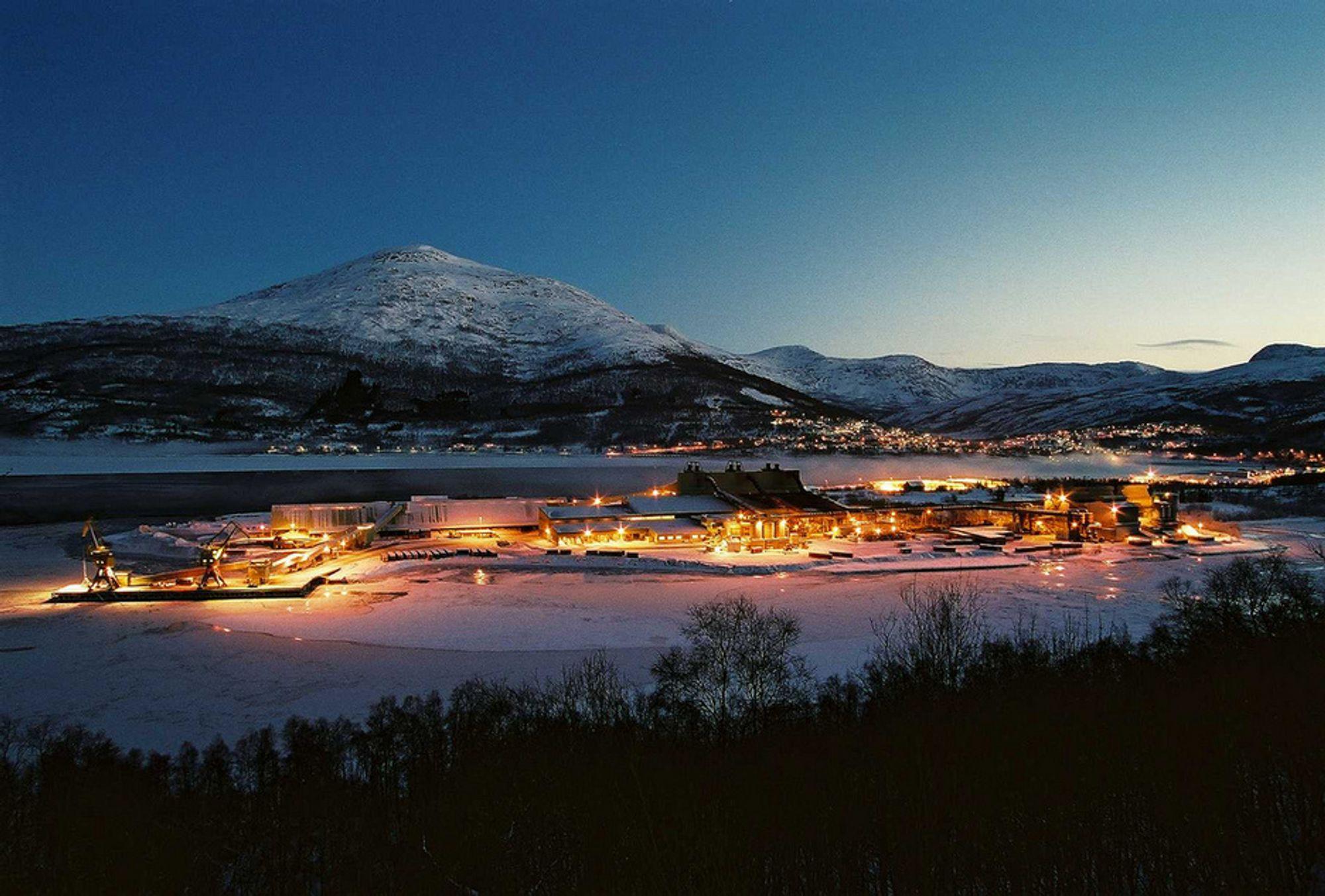 RAMMES HARDT: Allerede er tre ovner stengt ved Elkems smelteverk i Salten. Nå stenges én til - det betyr permitteringer fra 12. desember.