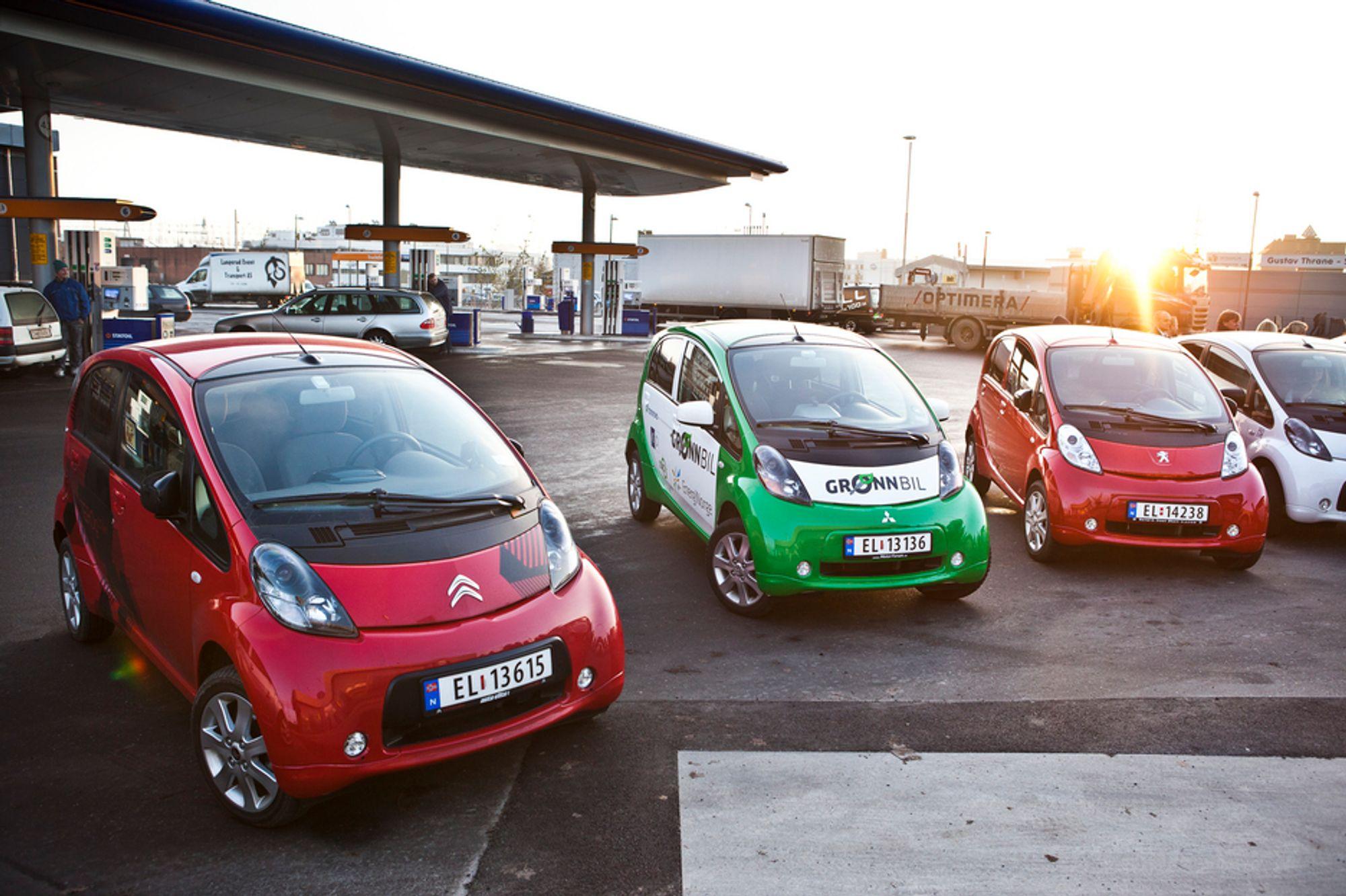 Mitsubishi/PSA-trillingene har størsteparten av æren for elbilsalget i Norge så langt i år, men når Nissan Leaf-leveransene nå har startet har konkurransen hardnet.