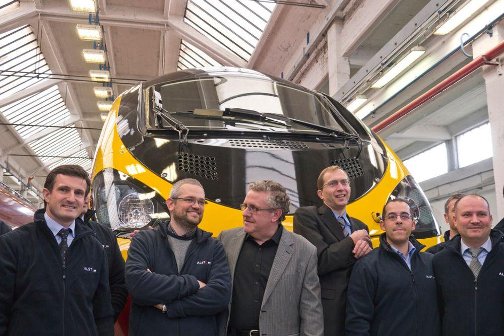 NYTT TOG: Sjefen for Virgin Trains, Edvard Collins (i grå jakke), med noen av ingeniørene som har bygget det nye krengetoget deres.