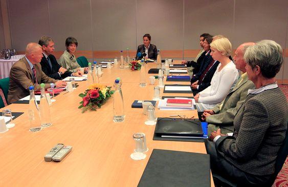Leder av 22. juli-kommisjonen, Alexandra Bech Gjørv (Midten), innledet møtet da kommisjonen hadde sitt første møte på Gardermoen torsdag. Kommisjonens skal granske granske alle sider ved terroraksjonen i Oslo og på Utøya som ble begått av Anders Behring Breivik. Til venstre komitemedlem Stefan Gerkman Anders Enger og Karin Straume. Høyre side; Hanne Bech Hansen, Ragnar Auglend, Linda Motrøen Paulsen, Torgeir Hagen, Guri Hjeltnes og Laila Bokhari.