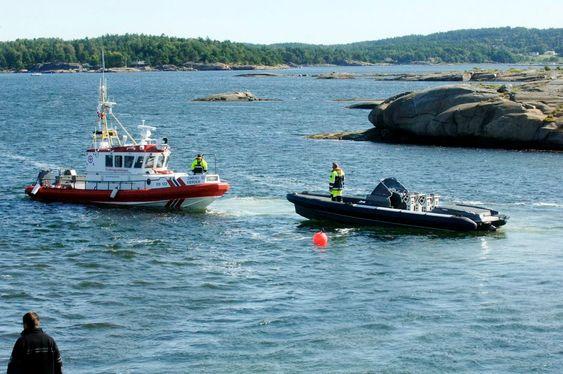 ULYKKESBÅT: Per Erik Buruds Goldfish 29 under slep etter ulykken 13. juli. Båten har ingen spor etter grunnstøting og politiet har så langt ikke funnet tekniske feil. Tre mennesker mistet livet etter å ha blitt kastet over bord.