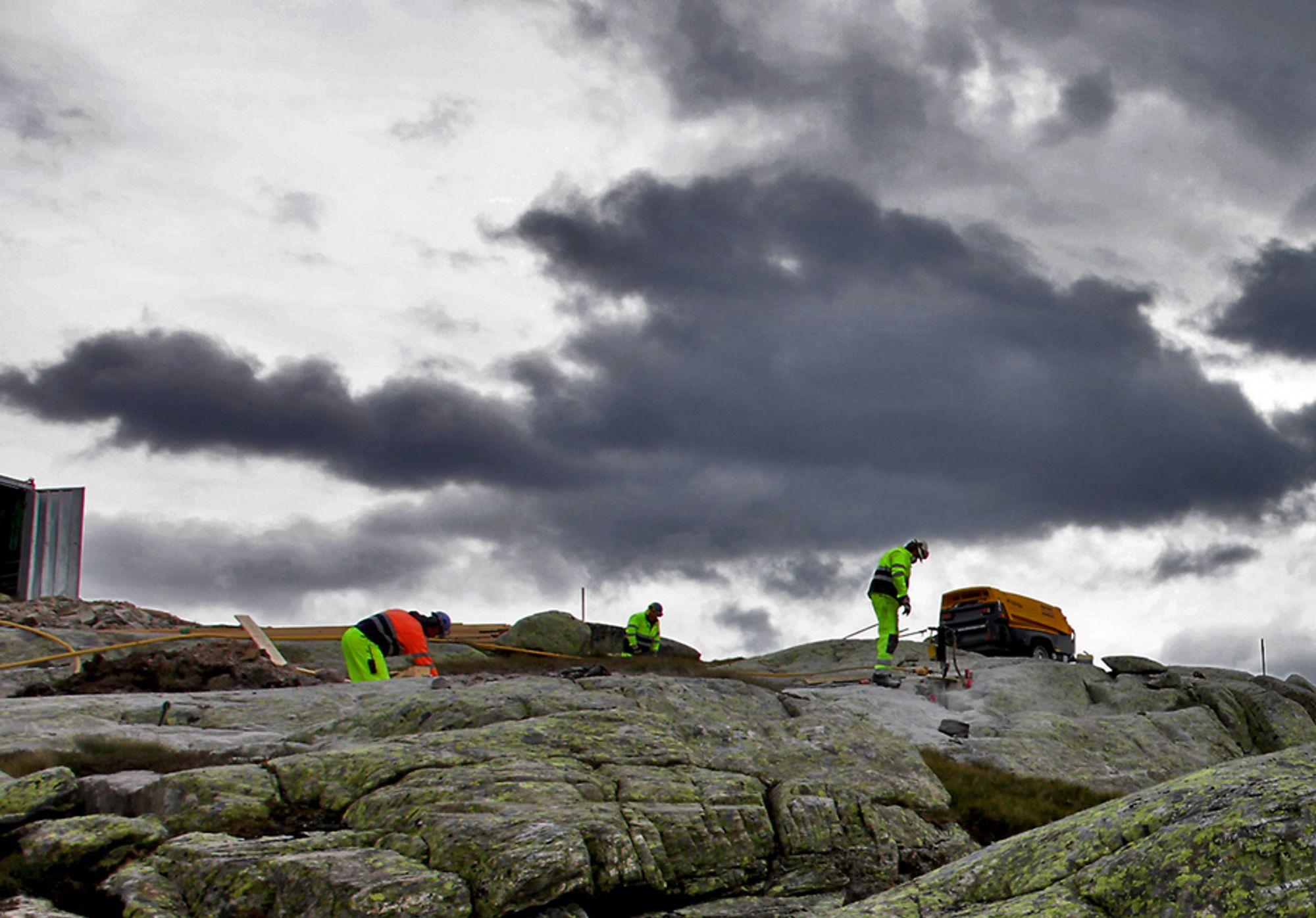 VÆRFORBEHOLD: De kroatiske mastebyggerne i Hardanger får bare betalt når været er såpass bra at de kan flys inn til anleggsområdet med helikopter.