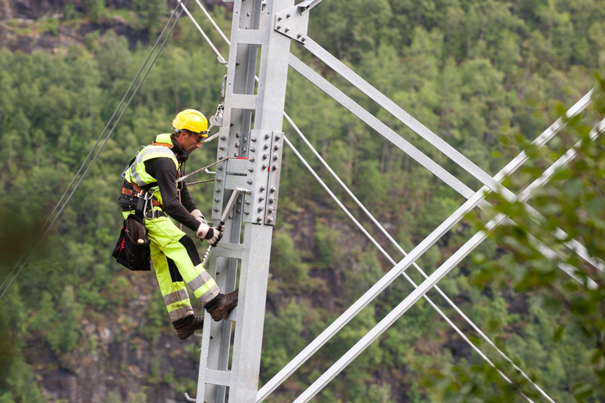 NORSKE FORHOLD: På Ørskog-Fardal-forbindelsen skal det betales for både faringstid og værskoft i tråd med vanlig norsk praksis, ifølge Statnett. Bidlet er fra byggingen av Sima-Samnanger-linjen.