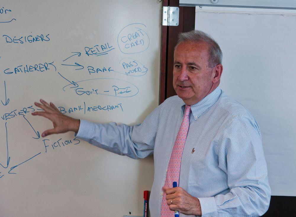STÅR OPPREIST: Han har ingen enkel jobb for tiden, styreformann Arthur W. Coviello i det EMC-eide sikkerhetsselskapet RSA. Han må fortelle hvorfor de er så flinke samtidig som de selv har hatt innbrudd.