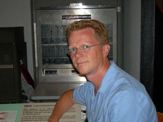 Dag Andreassen, konservator på Teknisk Museum. Her foran Norges første kommersielle elektroniske datamaskin, Emma (IBM 650), et av klenodiene i datautstillingen.