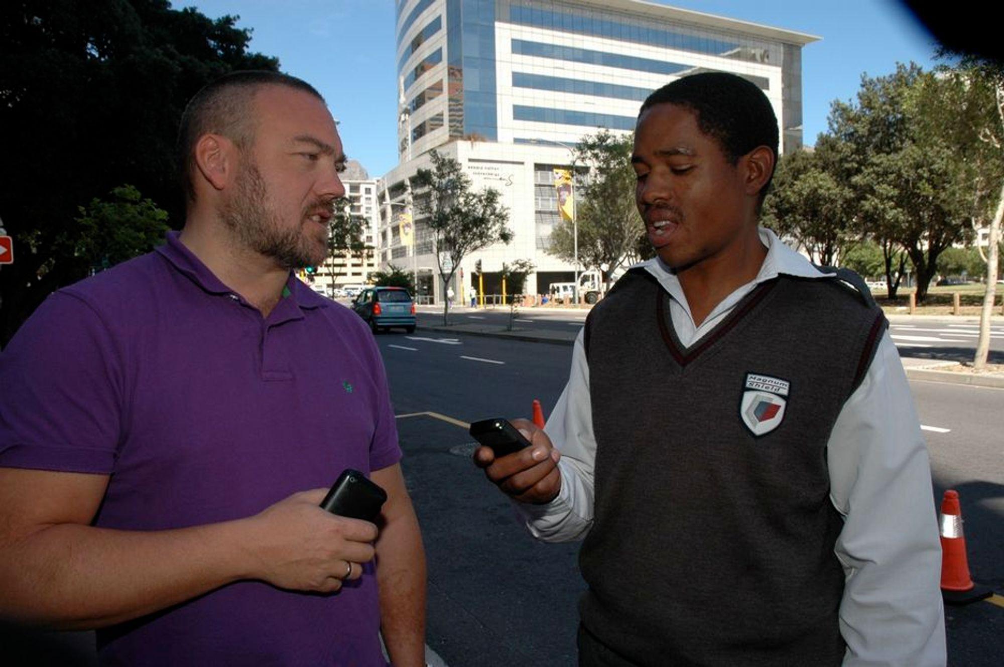 ADVARSEL: Medlemsbedriftene til IKT Norge og næringsutviklingsdirektør Fredrik Syversen må være forberedt på hardt arbeid for å komme inn på det afrikanske markedet. Her er han i samtale med mobilbrukeren Eric Keli i Cape Town.
