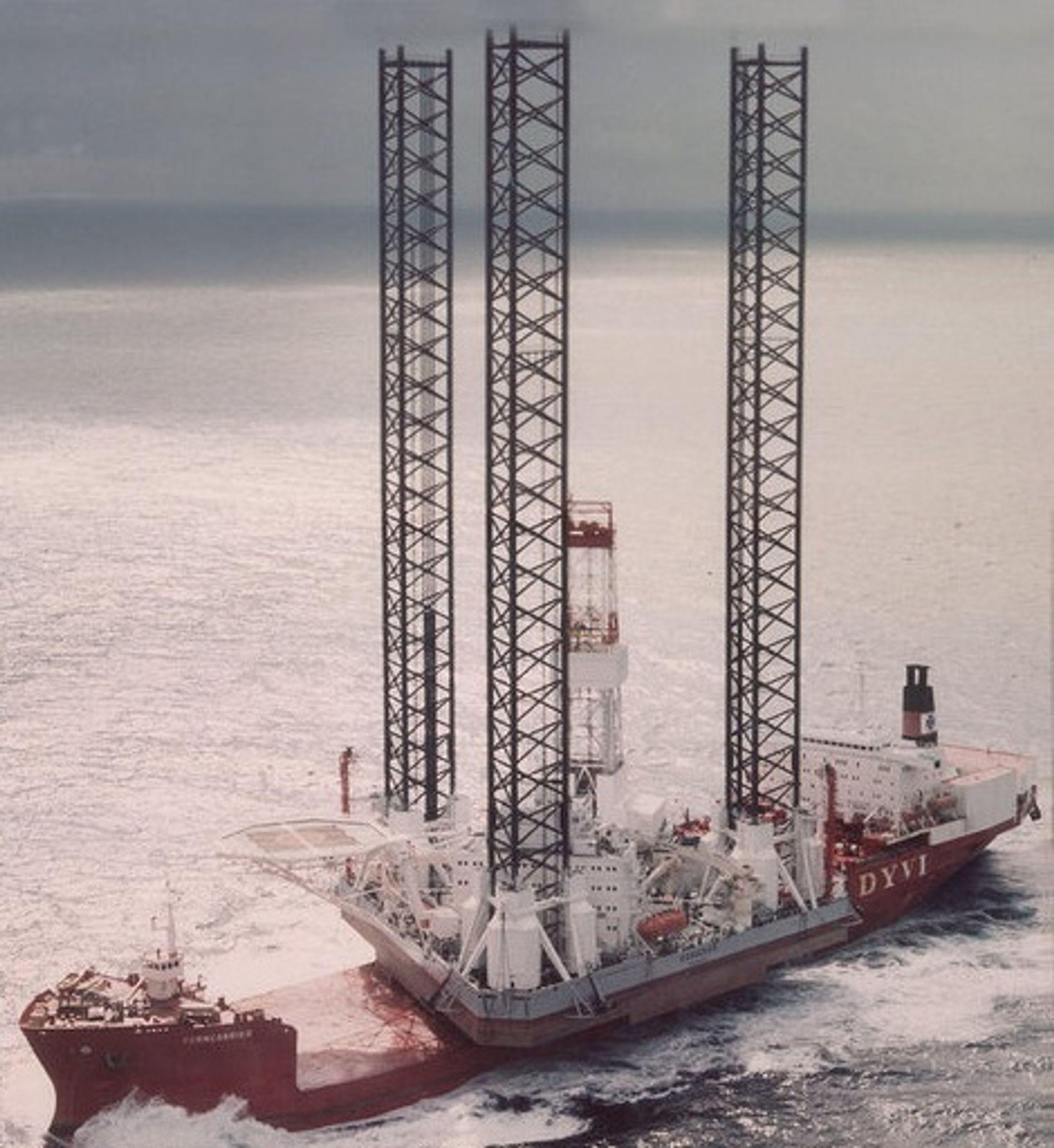 TUNGLØFT: Når oppjekkbare rigger som Kolskaya skal flyttes over lange avstander, benyttes tungløftskip som her, et Dyvi-skip.