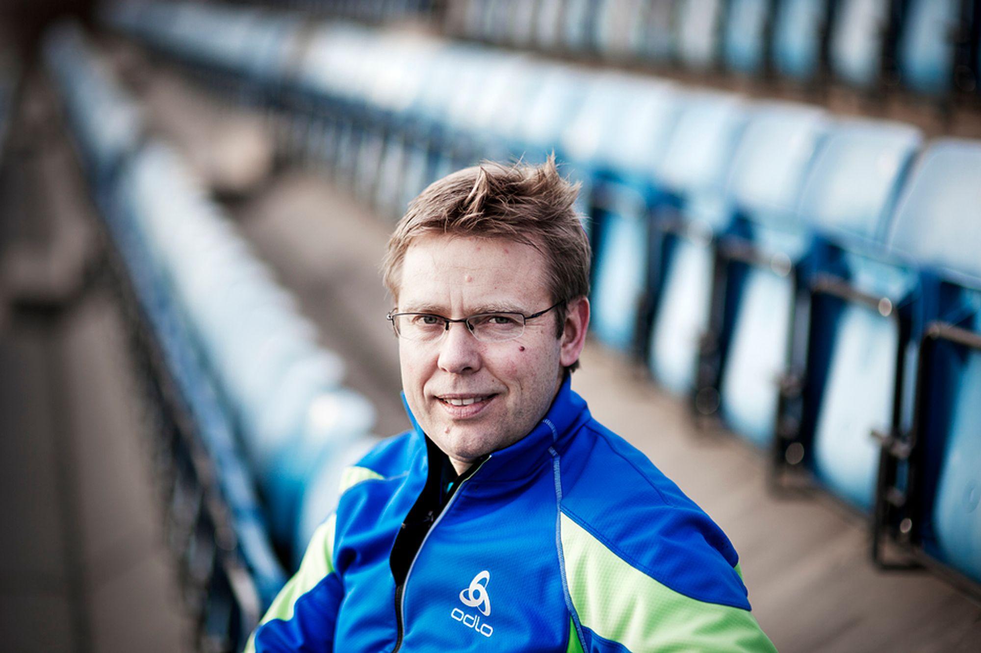 PÅ TILSKUERPLASS: Nå kommenterer Halvard Hanevold skiskytingen, fremfor å utøve den selv. Her på idrettsarenaen i Asker, hvor han har eget sete.