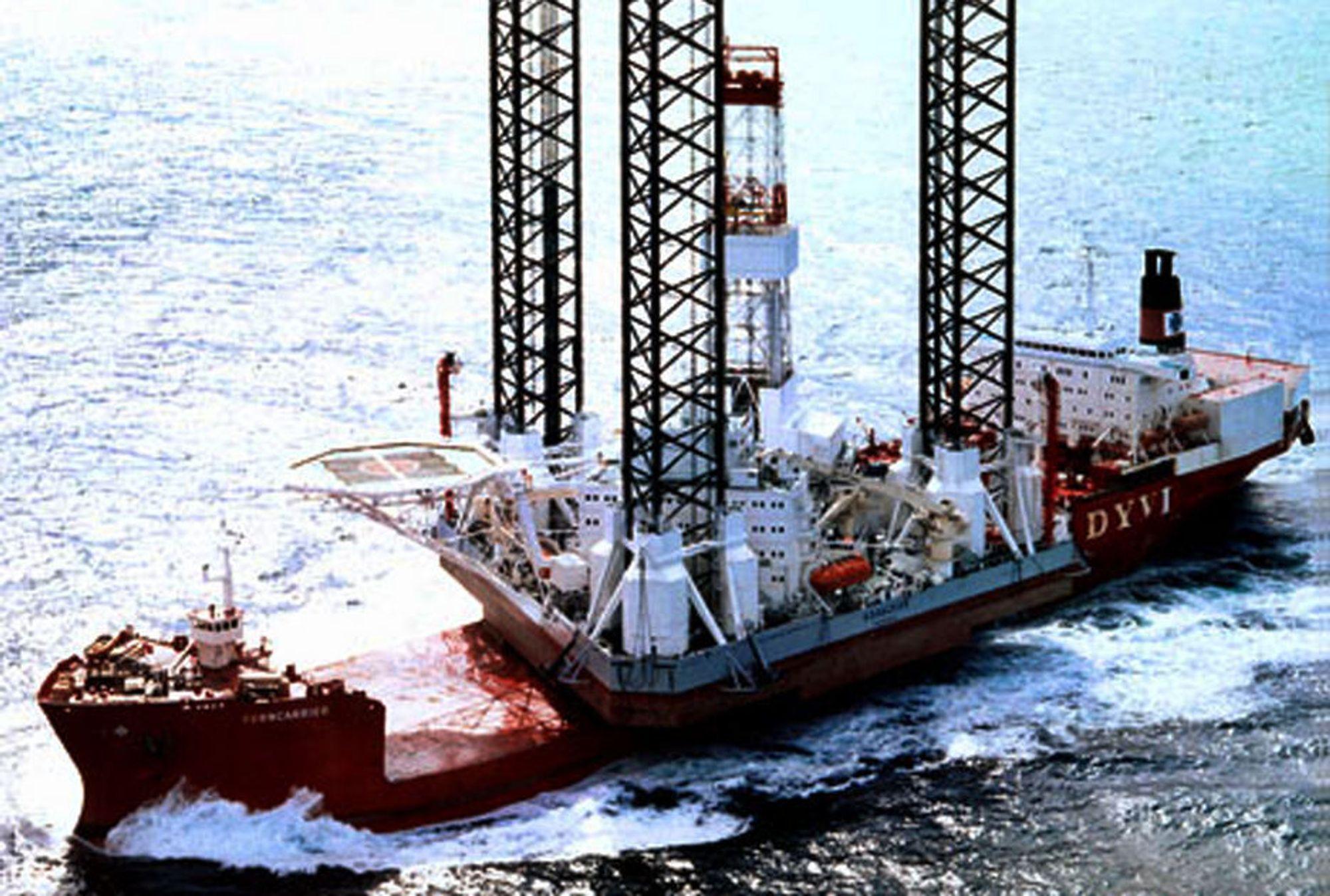 Minst fire døde og 49 er savnet etter at oljeriggen Kolskaya gikk rundt 18. desember 2011. Det var sterk vind og minus 17 grader da ulykken skjedde.