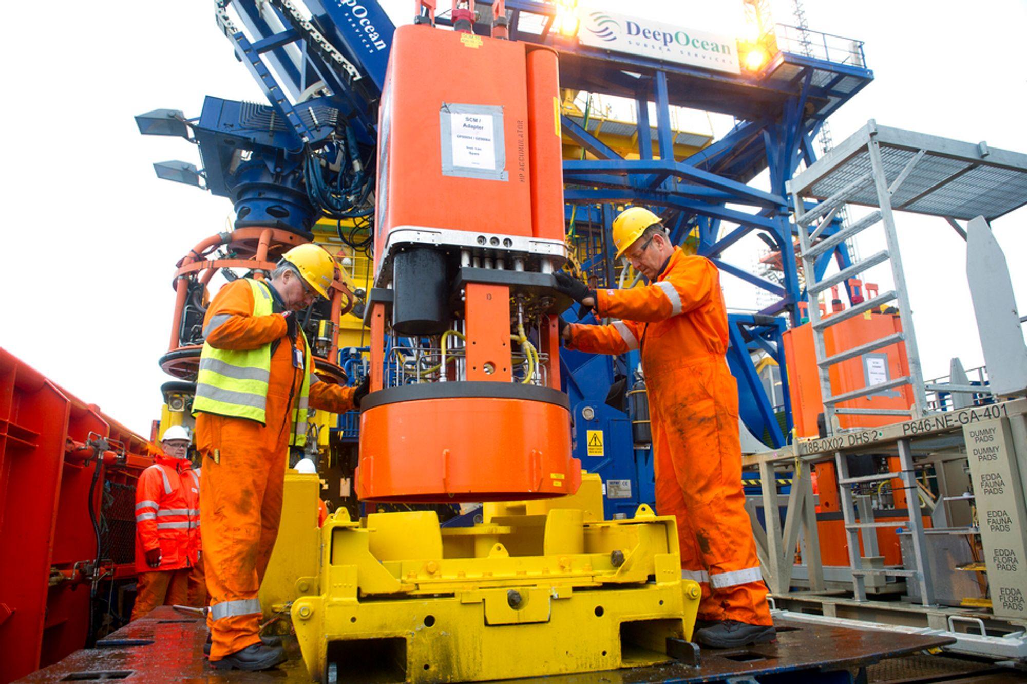 Subsea-installasjon for Tordis blir lastet ombord på Edda Flora  Fra venstre  Deck Supervisor Bjarte Nordgård og  Gunvald Hagen Deepocean