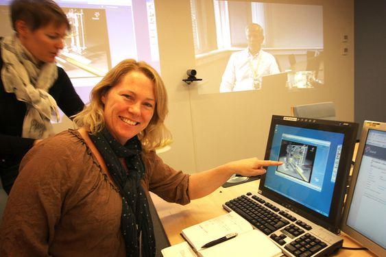KOMPLISERT: Siv Heggem, leder for rørledninger og transportteknologi i Statoil, sier selskapet er verdensledende på denne typen løsninge. I bakgrunnen, via videokonferanse: leder for subsea og marinteknologi i Statoil, Bjørn Kåre Viken.