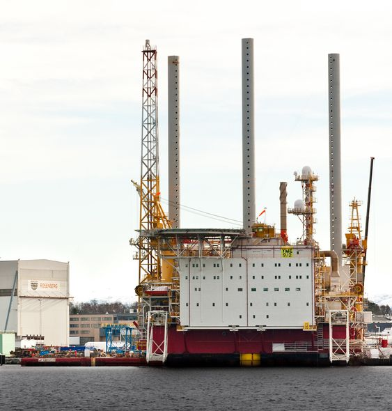 SYNLIG: Yme skal plasseres oppå et oljelager på 93 meters dyp på feltet, som ligger i  Egersundbassenget. Yme synes godt i landskapet ved Stavanger fram til utseiling i sommer.