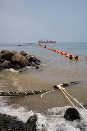MANGE KABLER: Det må bygges mange strømkabler til kontinentet om Norge skal kunne utnytte sitt potensial for pumpekraft. Bildet er fra legging av kabel mellom Hainan og Guangdong sør i Kina.