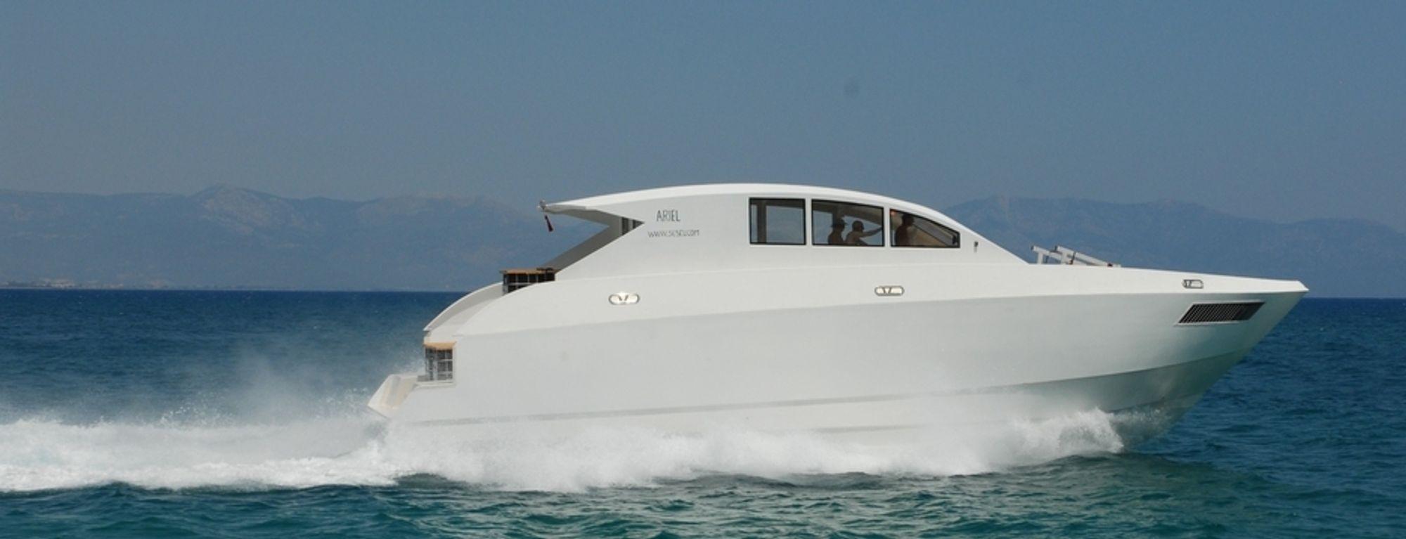 LØFT: Test i 30 knop utenfor Antalya i Tyrkia tidlig  i sommer. Det blir nesten ikke bølger etter båten ettersom den ikke behøver å dytte unna store vannmengder.