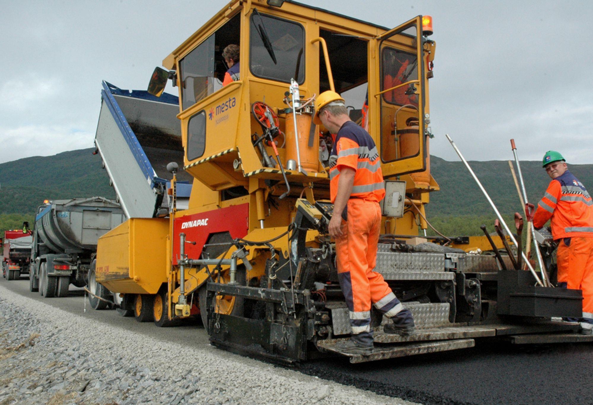 Selskapet NCC risikerer en bot på 165 millioner kroner for å ha inngått prissamarbeid med Veidekke i den såkalte asfaltsaken. Veidekke ligger an til å slippe bot. ILLUSTRASJON.