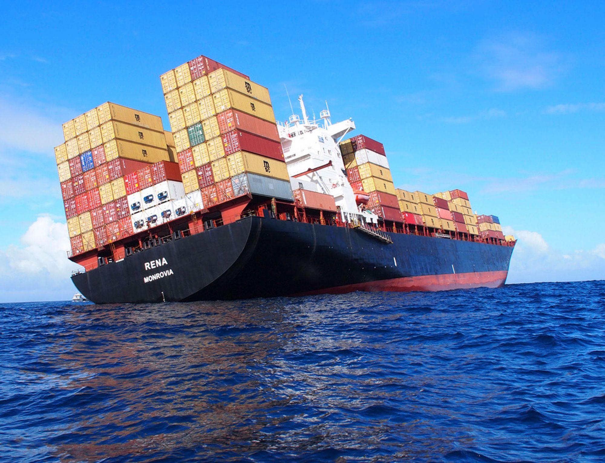 Betydelige mengder olje lekker nå fra det Liberia-registrert skipet Rena, som har gått på et rev utenfor New Zealand.