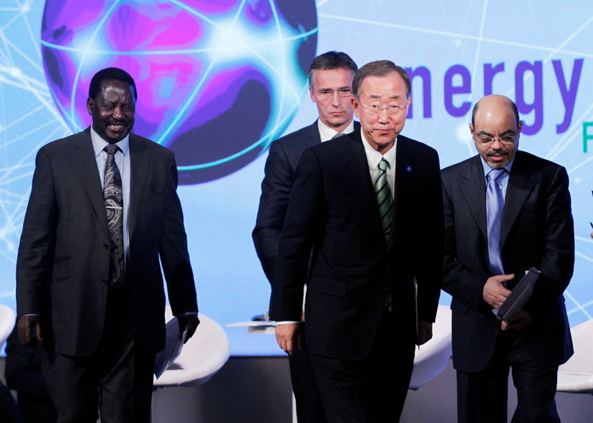 FNs generalsekretær Ban Ki-moon på scenen med statsminister Jens Stoltenberg (bak), Kenyas statsminister Raila Amollo Odinga (t.v.) og Etiopias statsminister Meles Zenawi (t.h.) under toppmøte om energifattigdom i Oslo mandag.