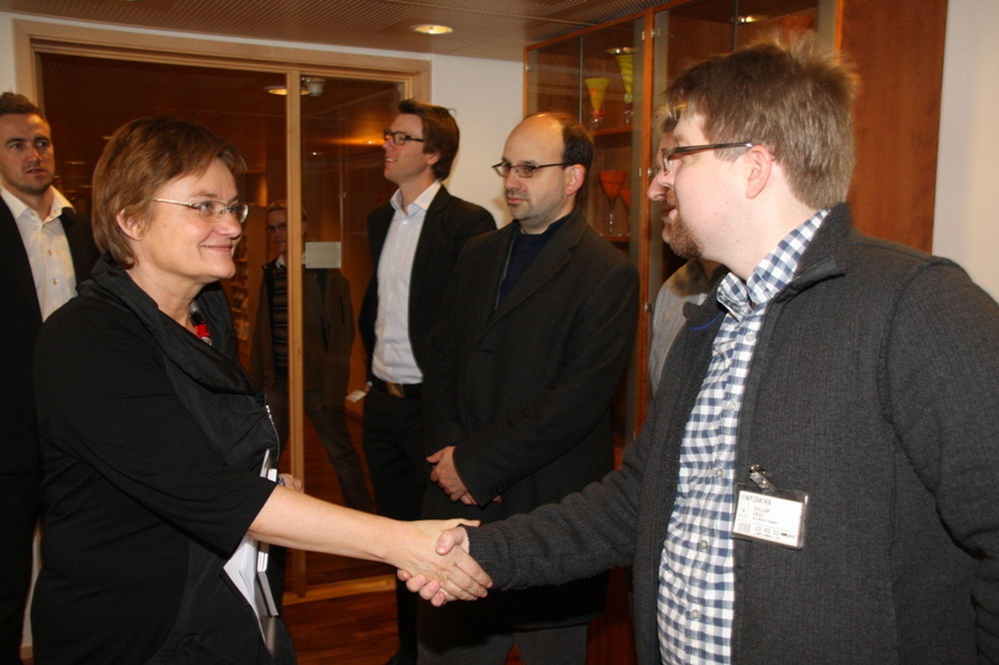ÅPEN DØR: Erik Möller fra Wikimedia (i midten) og Tom Steinberg fra My Society anbefaler fornyingsminister Rigmor Aasrud til å åpne alle sluser for offentlig informasjon.