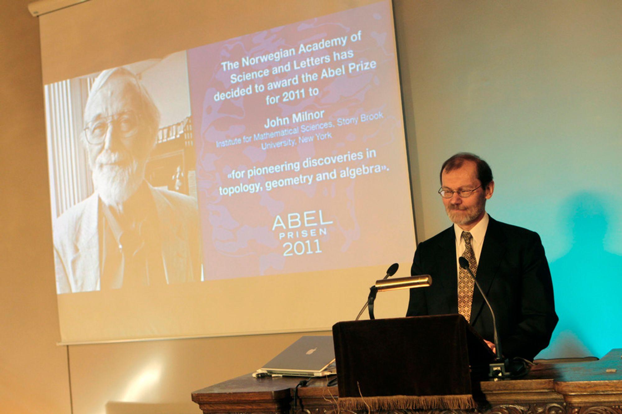 Preses i Abelkomiteen, Øyvind Østerud, kunngjør onsdag at John Willard Milnor (80) er tildelt Abelprisen for 2011 for banebrytende oppdagelser innenfor geometri, algebra og topologi.