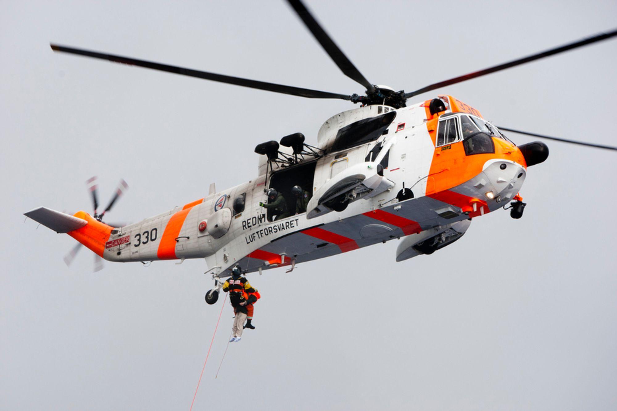 Forsvarets Sea King redningshelikopter frakter skadde passasjerer ut fra det havarerte passasjerskipet.