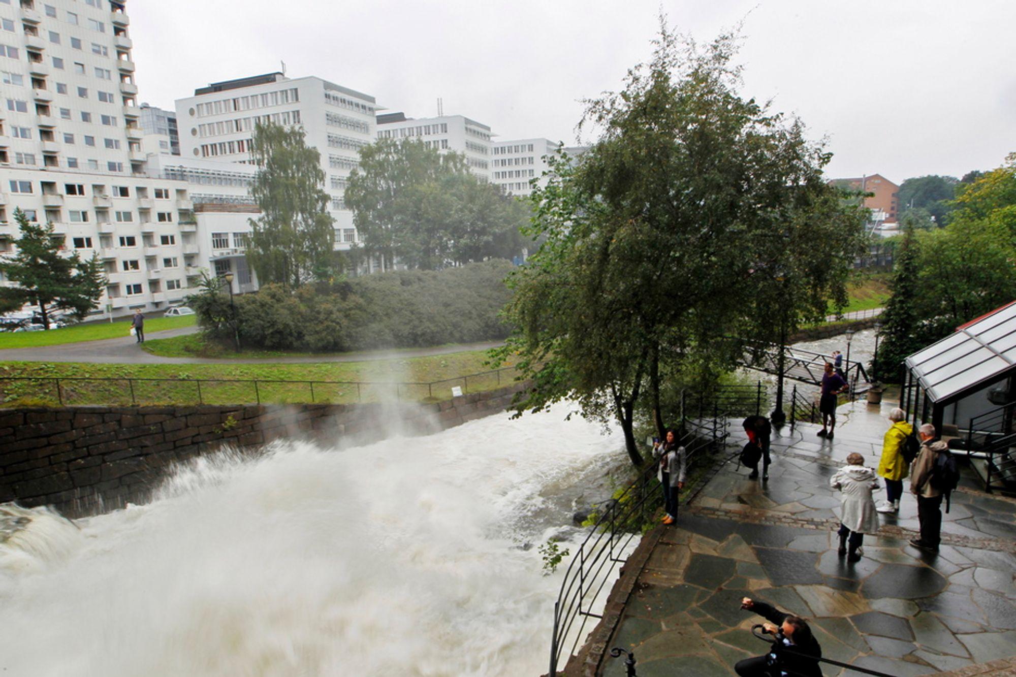 UTFLUKTSMÅL: Flere la søndagsturen til Akerselva, her ved Mølla, for å se på de store vannmassene som føres ned elva.