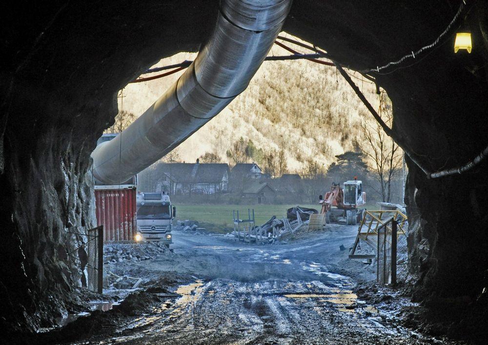 Bildet viser søndre påhugg i Tunsbergtunnelen innenfra. Nå skal tunnelen innredes. De som er interessert i elektrojobben må gi anbud innen 11. mars.
