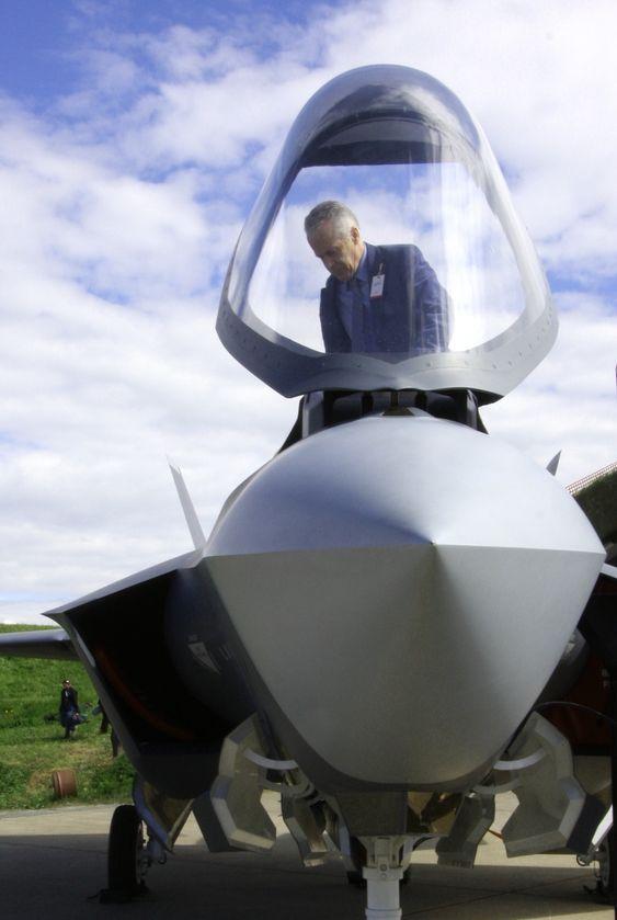 Per Bøthun, tidligere jagerpilot og øverstkommanderende i Nord-Norge, er hyret inn av Lockheed Martin i den pågående anbudskonkurransen. Dagens piloter er mer systemoperatører enn de er flygere, sier han og tar plass bak stikka i JSF-modellen.