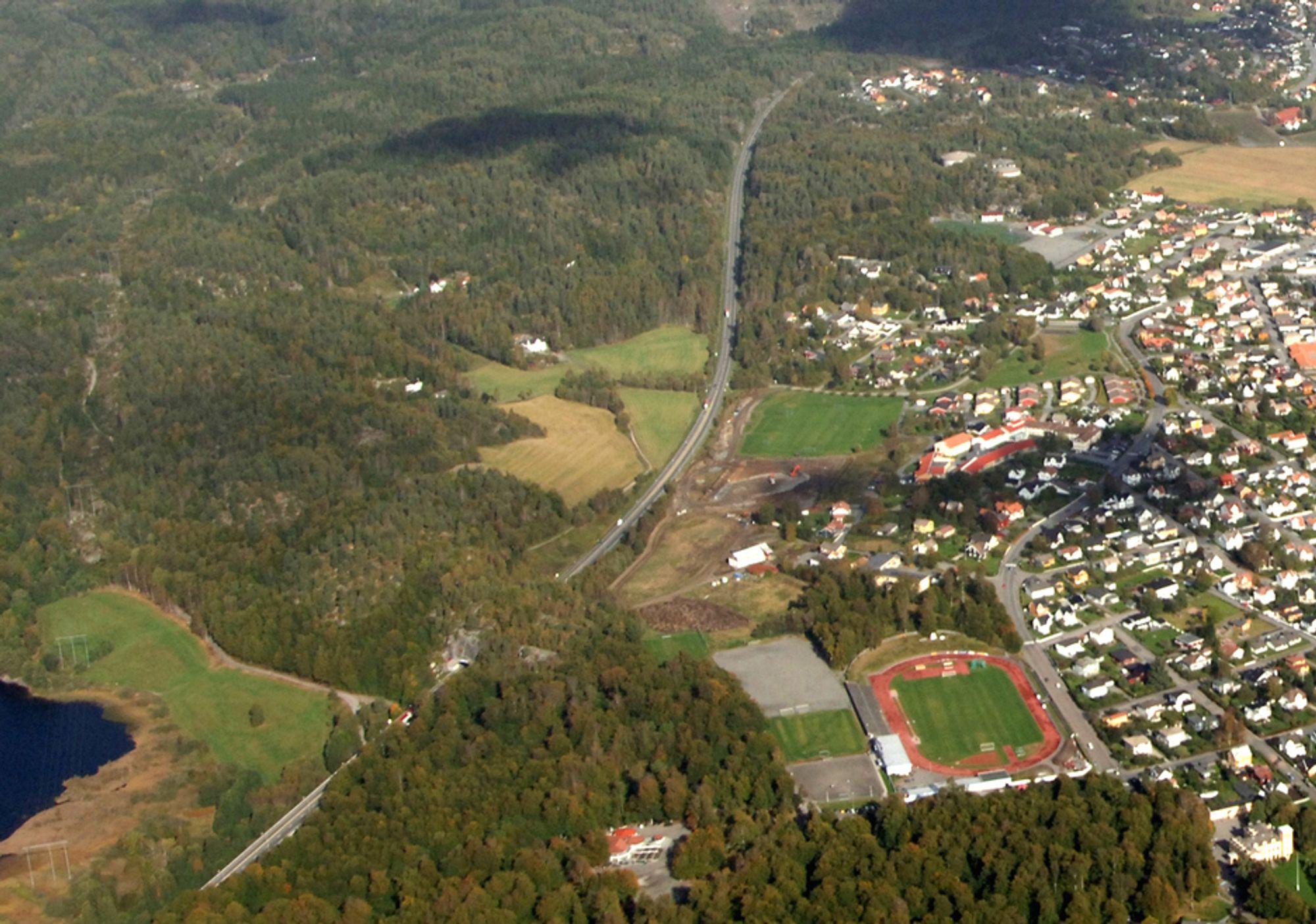Bildet viser den østlige delen av nåværende E 18 mellom Bommestad og Sky med bøkeskogen i forgrunnen. Her vil ny E 18 hovedsakelig gå i tunnel. Ingen andre enn Rambøll vil prosjektere vegen.