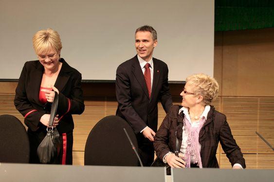Kristin Halvorsen, Jens Stoltenberg og Liv Signe Navarsete under pressekonferansen der regjeringa la fram oppdateringen av forvaltningsplanen for Barentshavet - Lofoten fredag ettermiddag.