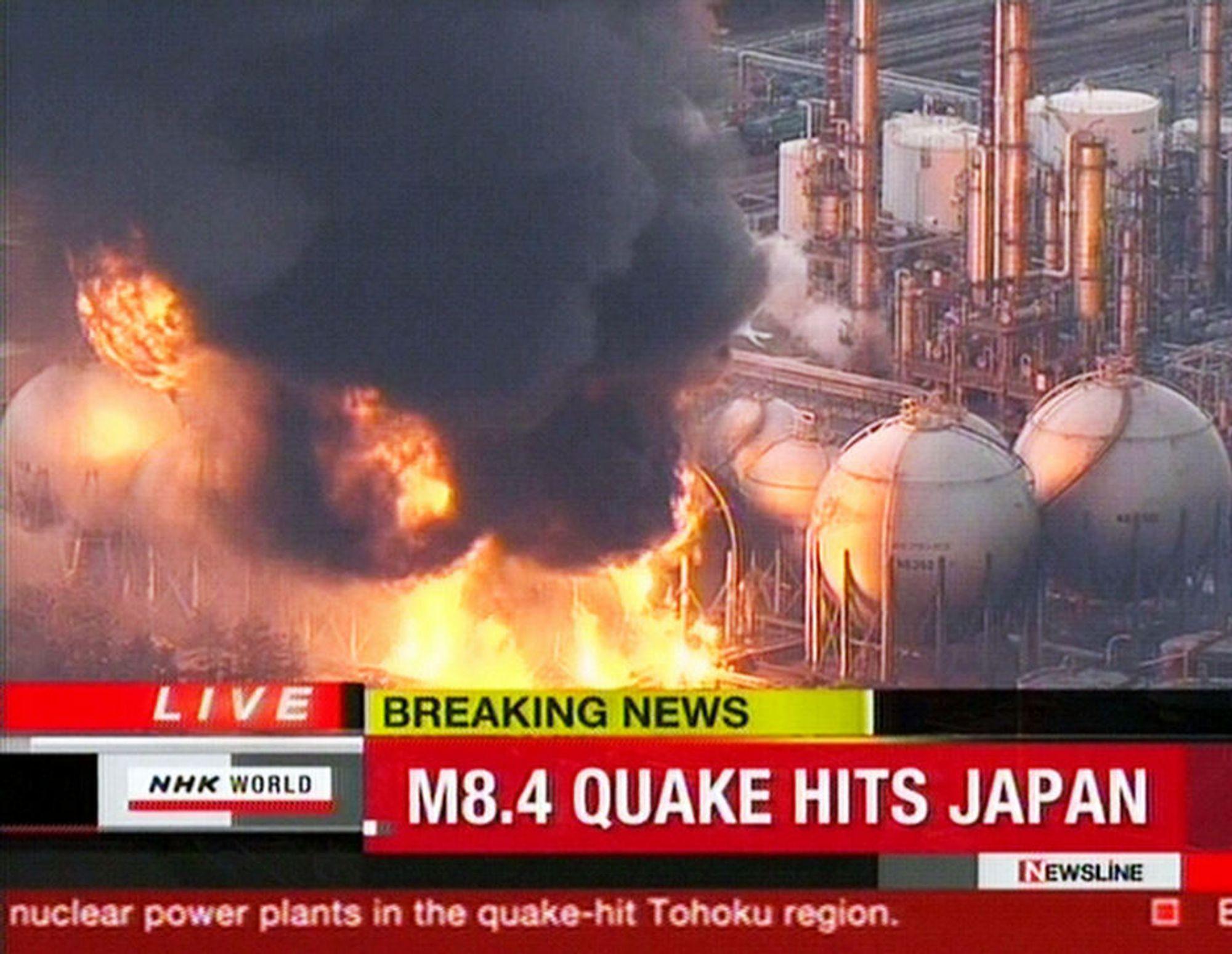 I BRANN: Et oljeraffineri i nærheten av Ichihara utenfor Tokyo står i brann etter det voldsomme jordskjelvet.