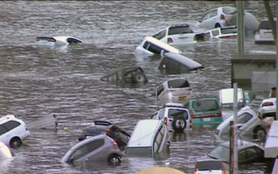 In this image made off Japan's NHK TV video footage, vehicles are washed away by tsunami in coastal area in eastern Japan after Japan was struck by a magnitude 8.9 earthquake off its northeastern coast Friday, March 11, 2011. (AP Photo/NHK TV) MANDATORY CREDIT, JAPAN OUT, TV OUT,  NO SALES, EDITORIAL USE ONLY Et voldsomt jordskjelv etterfulgt av en tsunami i Japan har ført til enorme ødeleggelser.