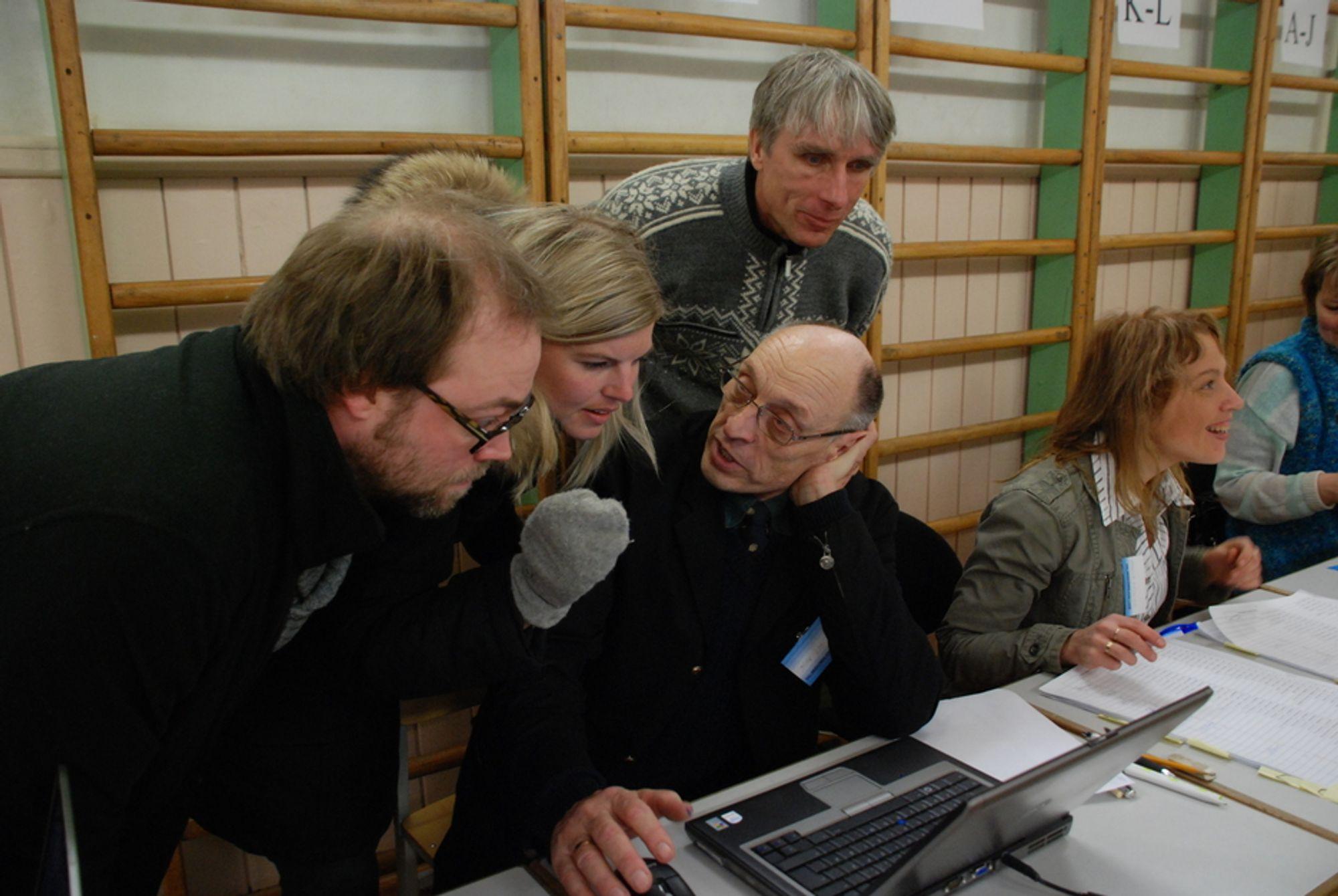 OBSERVERER: Valgfunksjonær Jaak Loo viser delegasjonen fra E-valg 2011-prosjektet det elektroniske systemet esterne bruker under parlamentsvalget. F.v.: Christian Bull, Ida Stenerud og Henrik Nore.