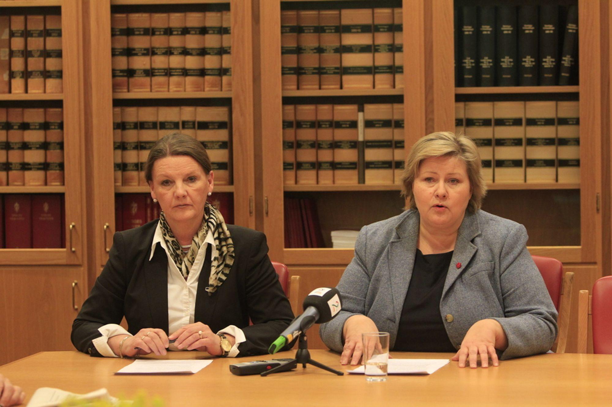 Saksordfører Ingjerd Schou (t.v.) og partileder Erna Solberg i Høyre under onsdagens pressebrief om datalagringsdirektivet.