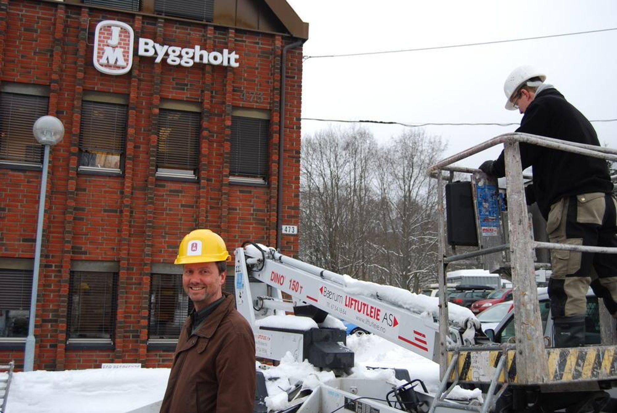 SLUTT: Direktør for markedskommunikasjon, Kjell Kvarekvål under den gamle logoen som nå må skiftes. En æra er over og Byggholt er ute av norsk byggenæring.