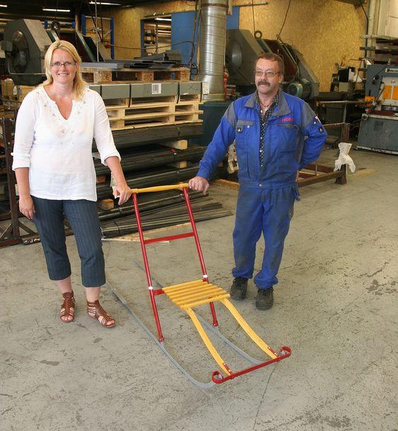 Ingeniør Berit Nordseth Moen og laserskjærer Nils Eirik Engdal med en sparkstøtting som er lagd i fabrikken Norax.