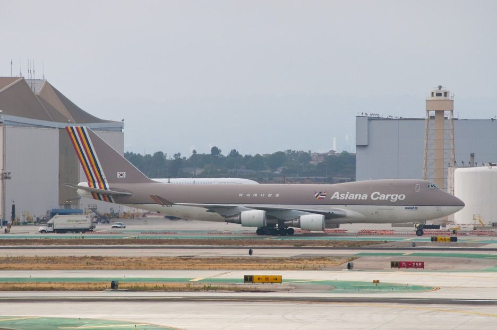 Det var dette flyet som styrtet i havet på vei fra Seoul til Shanghai 28. juli. Bildet er tatt på LAX en måned tidligere.