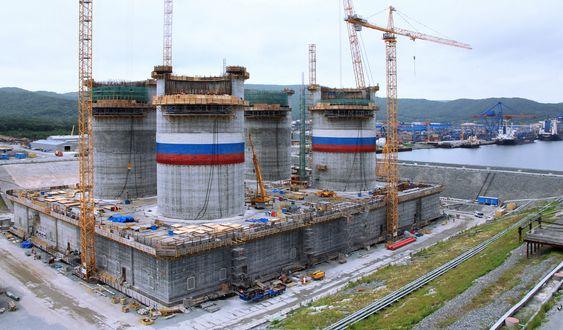 BUNNFAST: Sakhalin 1 betongplattform under bygging ved Kværners byggedokk i Vladivostok. Platformen måler 130x100 meter i grunnflate. Skaftene er på 40 meter. Fra bunn til topp av sjaft blir det 55 meter.