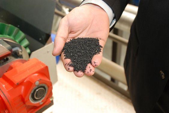 GJENVINNER DEKK: Genans fabrikker deler dekket opp i alle dets bestanddeler og granulerer gummien. Granuleringsgraden varierer til ulike formål.