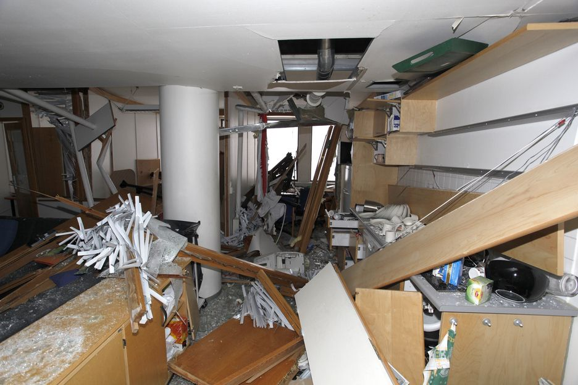 KRAFTIG: Selv om eksplosjonen ga en trykklast som blåste ut vinduer og lette konstruksjoner, tror ikke Viggo Mæhlum at bærekonstruksjonene er skadet.
