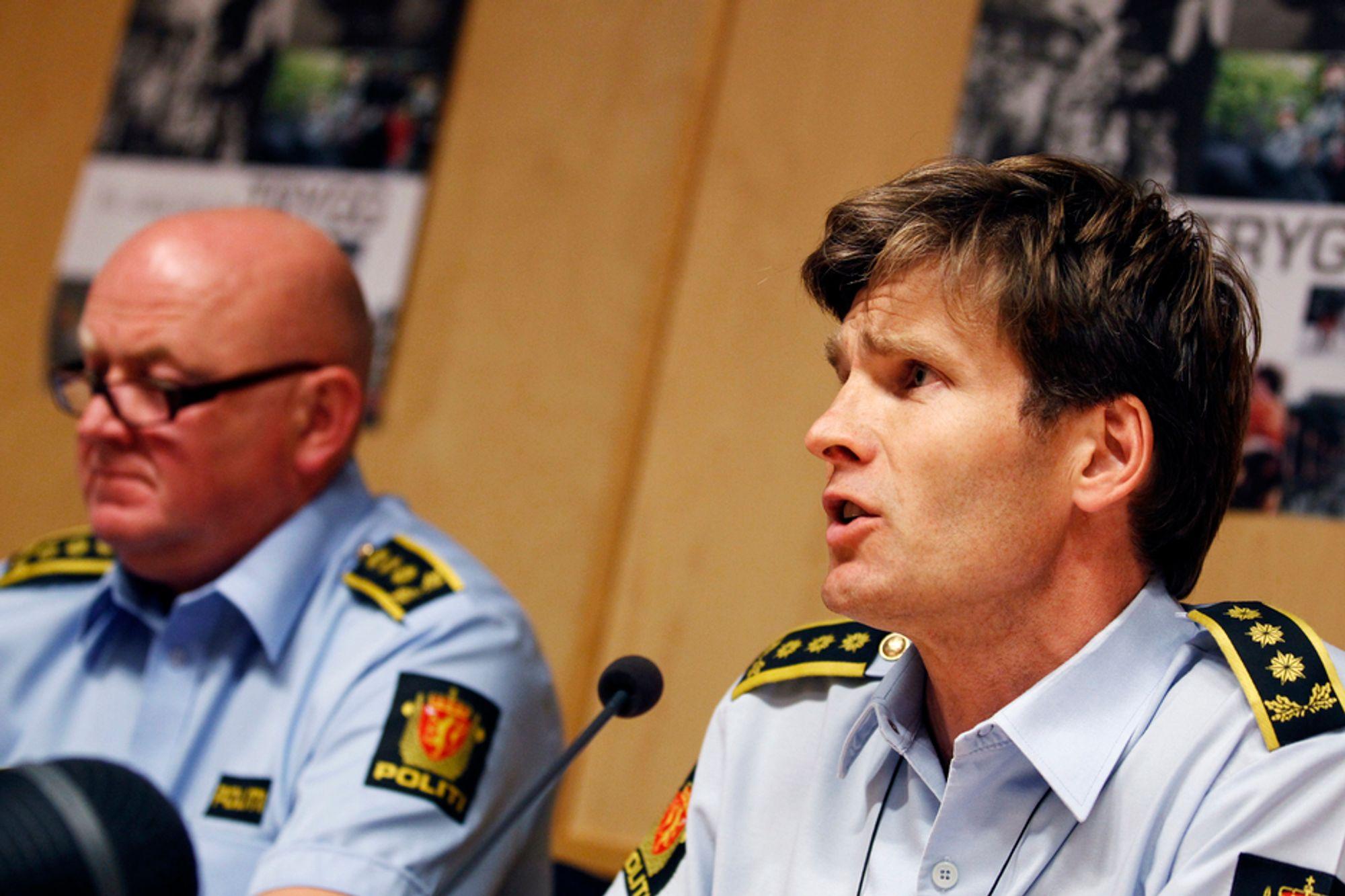 Stabssjef Johan Fredriksen (t.v.) og politiadvokat Pål-Fredrik Hjort Kraby under en av Oslo-politiets pressekonferanser om terrorsaken. Politiet vil ikke kommentere om de har mottatt materiale fra hackere.