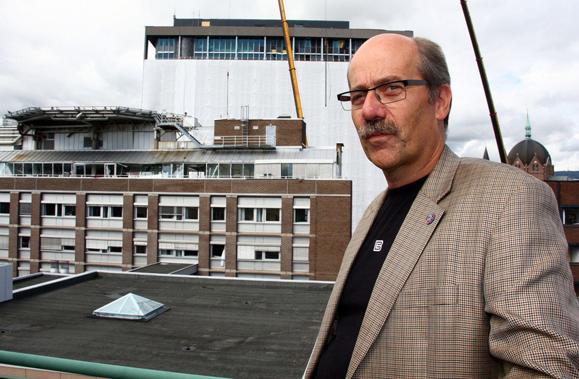 NÆRT: BEs kontorer ligger rett ved regjeringskvartalet. Morten Lie håper og tror at høyblokka kan restaureres. - Det er et flott bygg med symbolverdi, sier han.