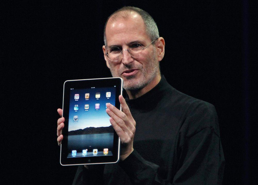 Steve Jobs viser fram det nye nettbrettet iPad i januar 2010. Nå går han av som sjef for Apple.