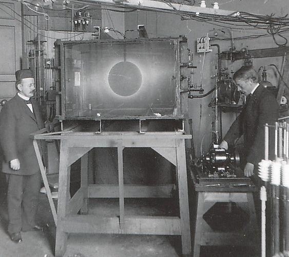 TERRALIA: Fysikkprofessor Kristian Birkeland (t.v.) og hans assistent Olaf Devik foran terraliakammeret som var en miniatyrvariant av verdensrommet. Foto: Teknisk museum