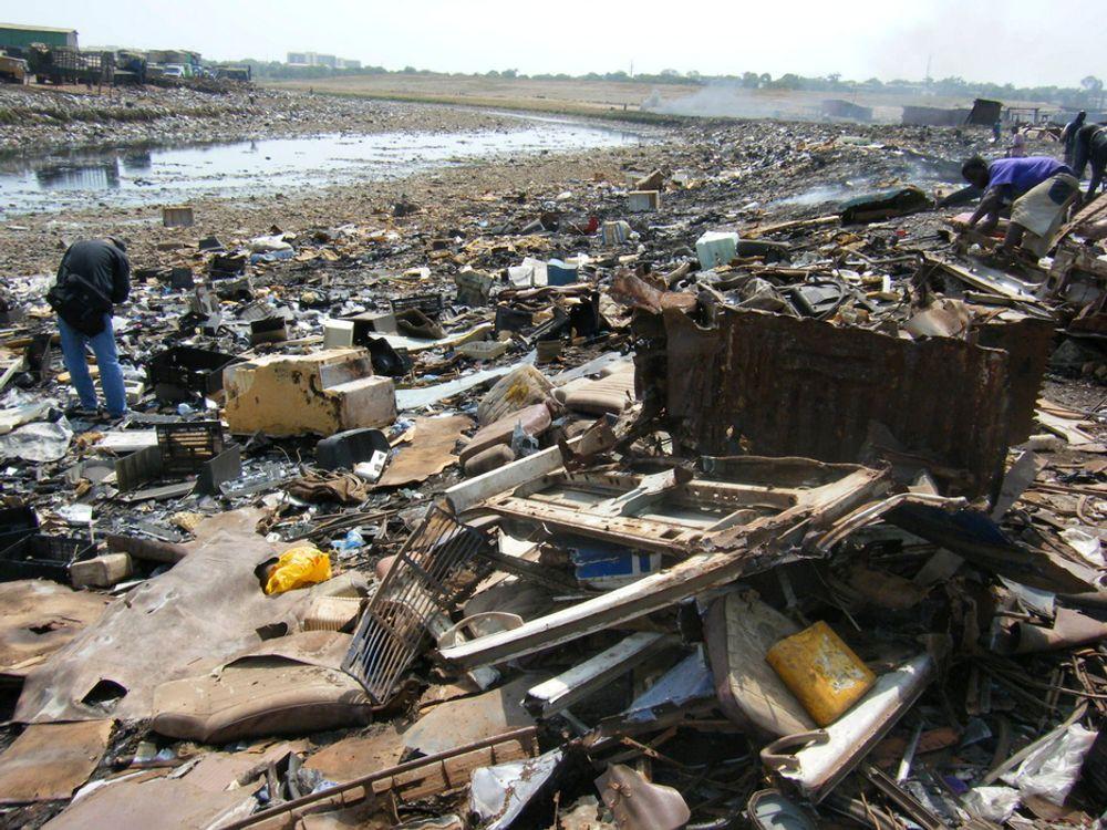 SKADELIG: På fyllplasser som dette i Agbobloshie i Ghana finnes det mye avfall som inneholder kjemikalier. Mange av disse kjemikaliene lekker direkte ut i naturen, noe Klif nå vil stoppe med et nytt regelverk.
