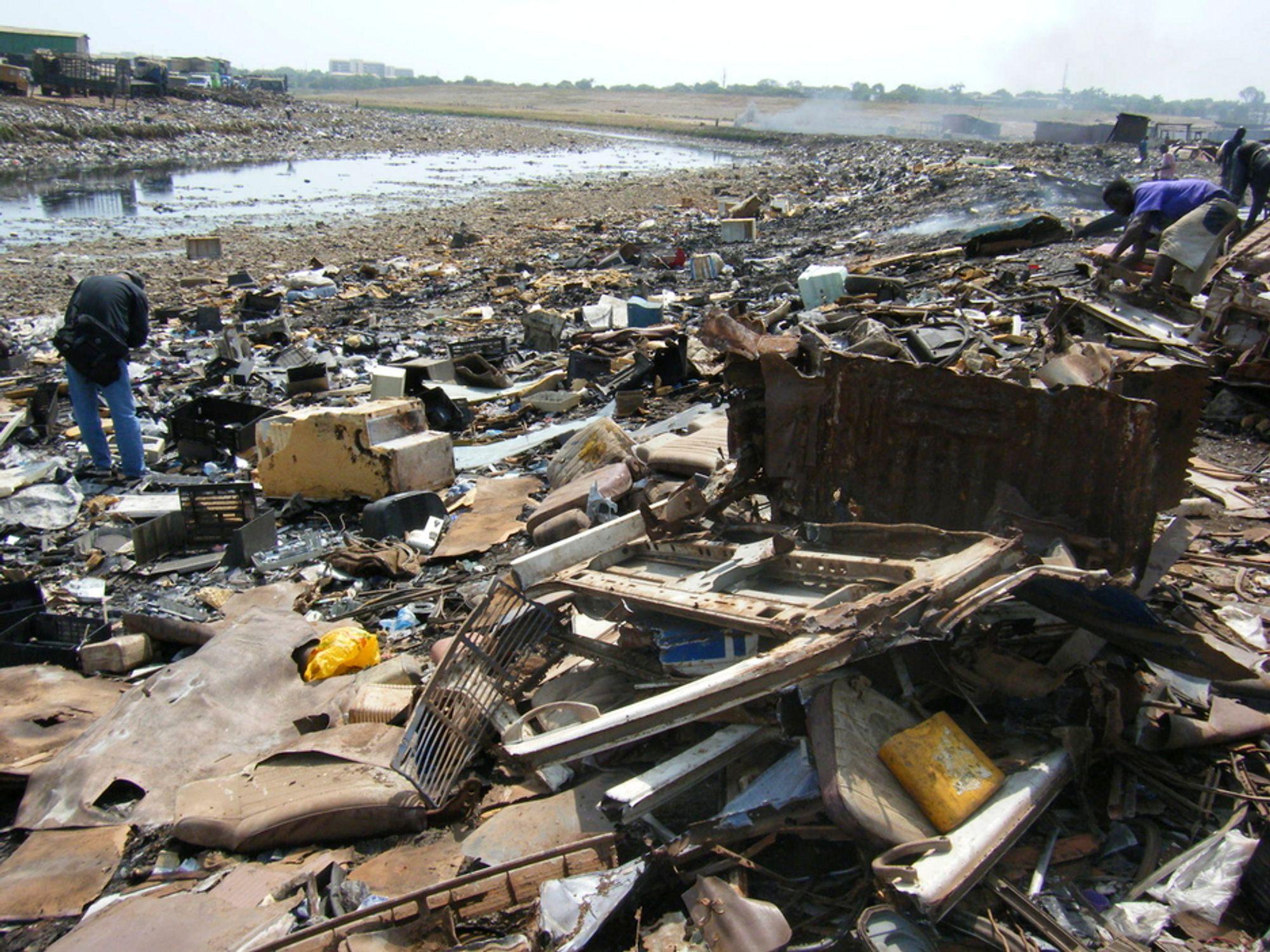 SKADELIG: På fyllplasser som dette i Agbobloshie i Ghana finnes det mye avfall som inneholder kjemikalier. Mange av disse kjemikaliene lekker direkte ut i naturen og utgjør dermed en fare for lokalbefolkningen. Riksrevisjonen mener kontrollen på slikt avfall er for dårlig.
