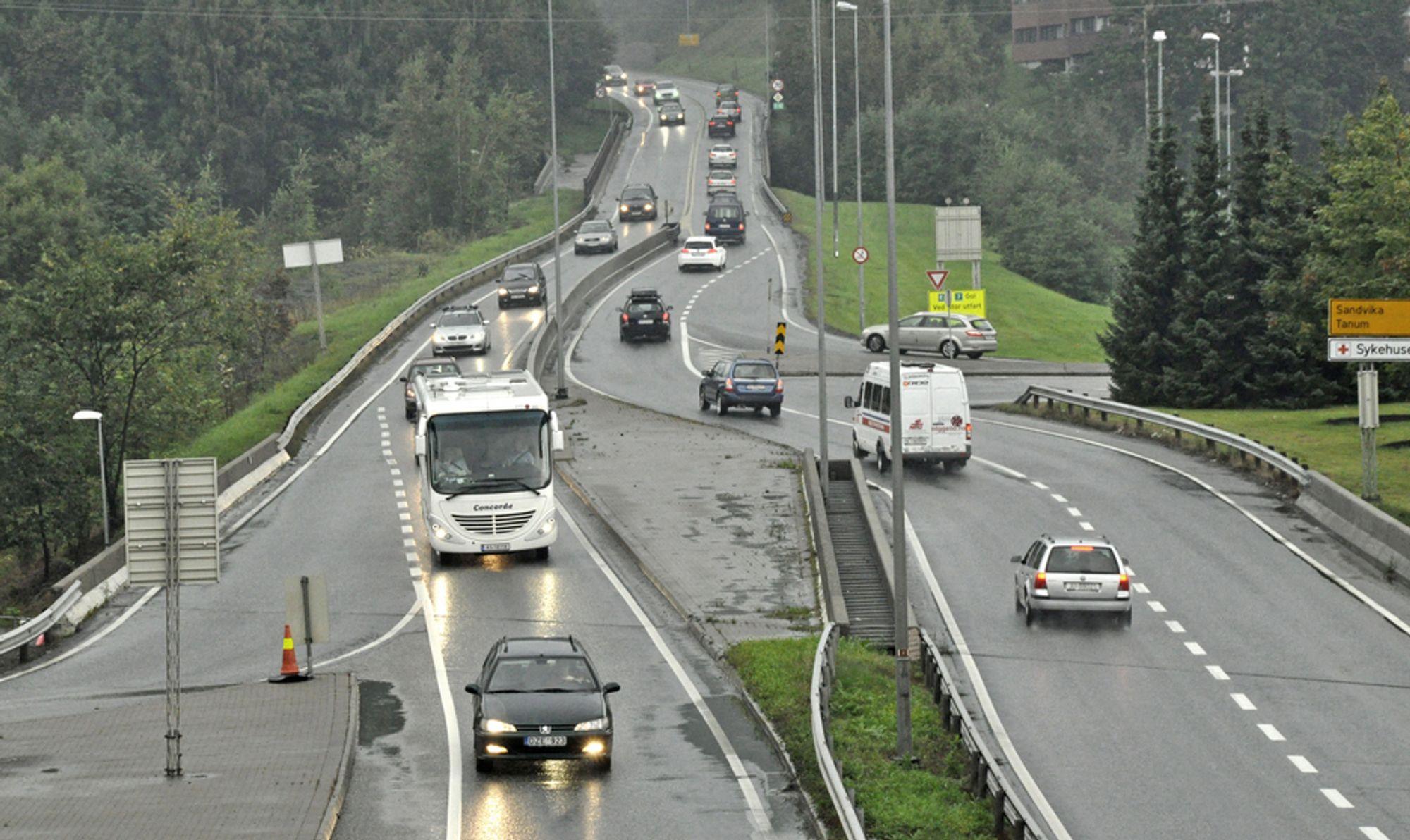 Dette er E 16 like nord for Kjørbotunnelen. I framtida blir det en lokalveg. Den nye E 16 skal gå i tunnel lengre vest. De som vil prosjektere den, må gi anbud innen 17. oktober.